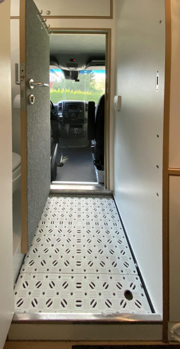 Blick-ins-Fahrerhaus-scaled-e1596635946536