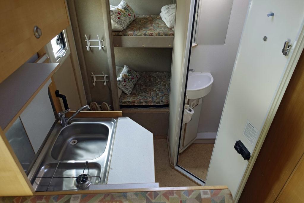 Bucher Duro 6x6 Reisemobil Blick zum Stockbett Küche Nasszelle
