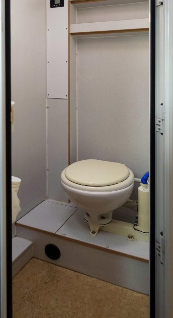 Bucher Duro 6x6 Nasszelle mit Unterdruck Toilette