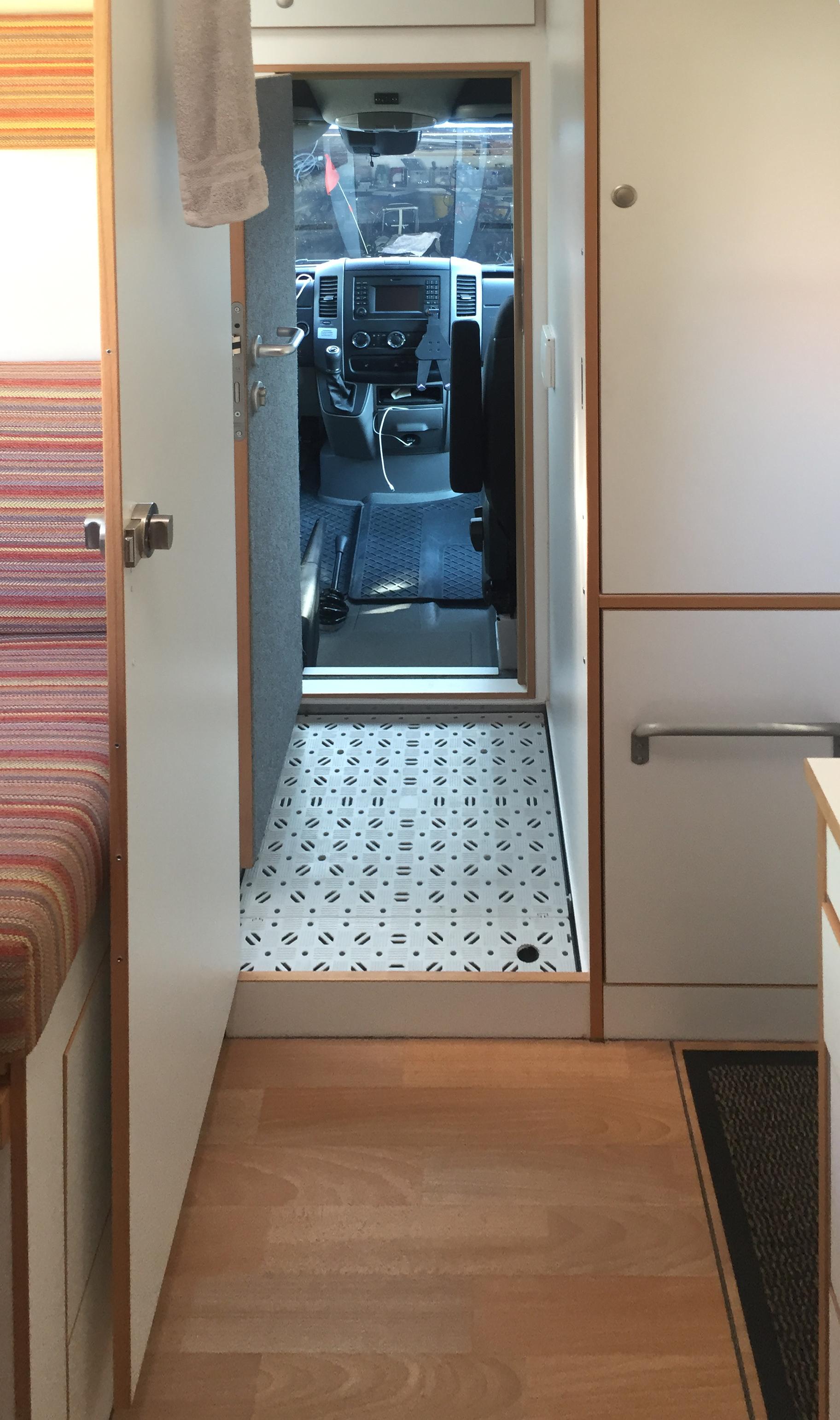 Blick von den Stockbetten durch die Nasszelle in die Fahrerkabine