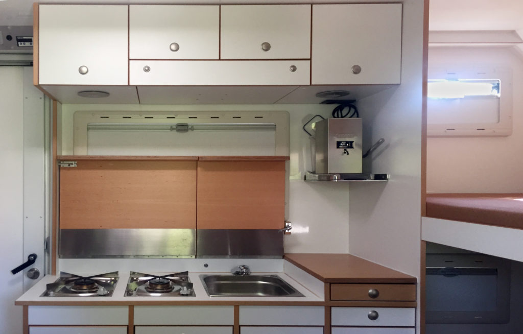 Die Küche mit Spüle und 2 Kochstellen und die La Piccola ESE-Kaffeemaschine.