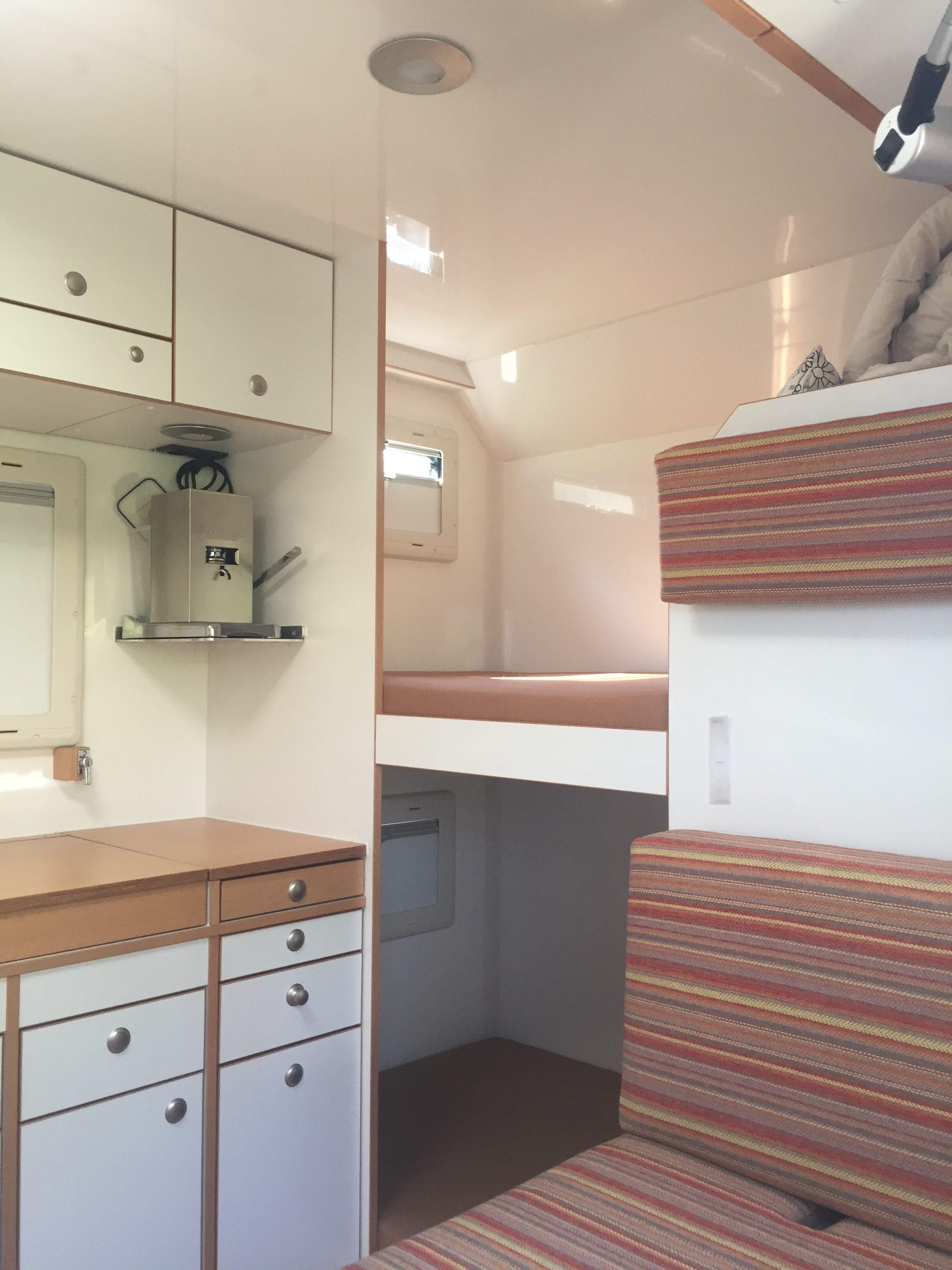 Blick auf die Stockbetten. Unter dem unteren Bett ist ein 30cm hohes Staufach, vom Bett aus und von außen zugänglich.