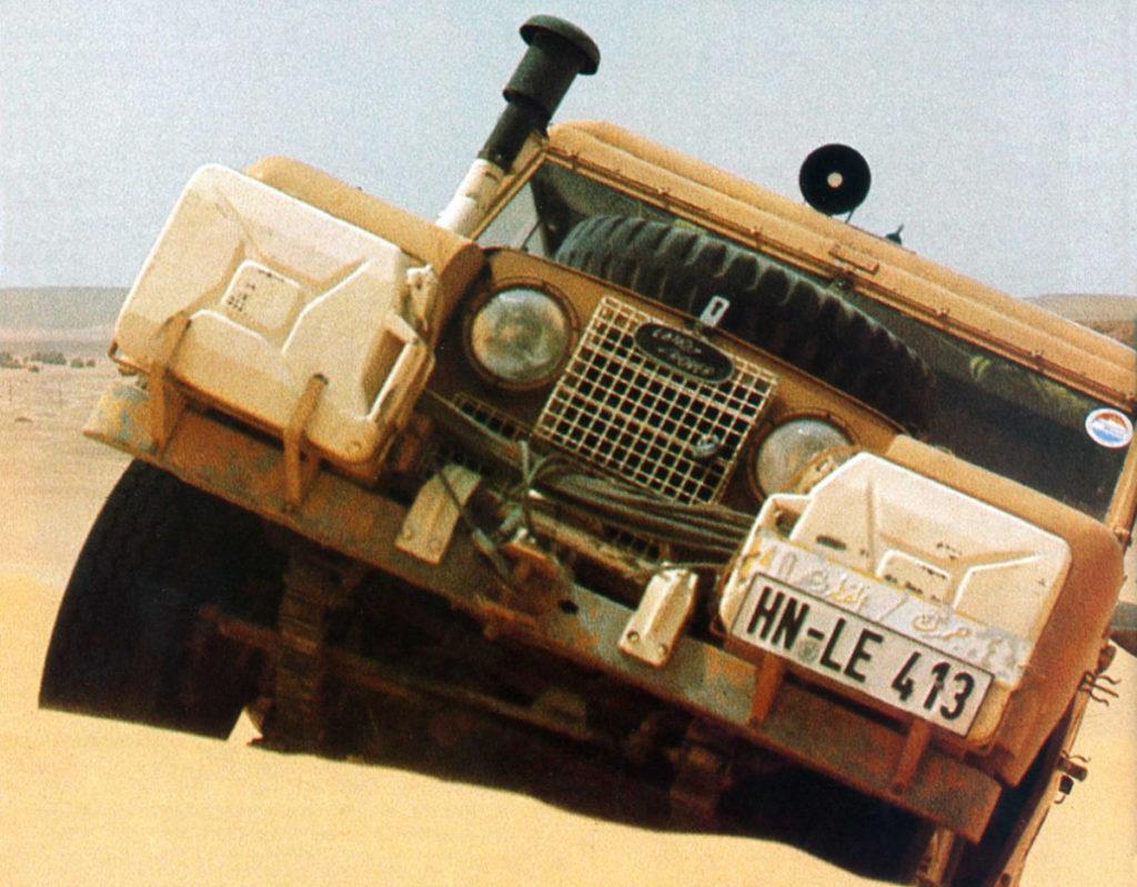 Der Landrover 88 steckt mal wieder in einer Düne fest, weil die Benzinpumpe mal wieder kein Gas pumpen will.