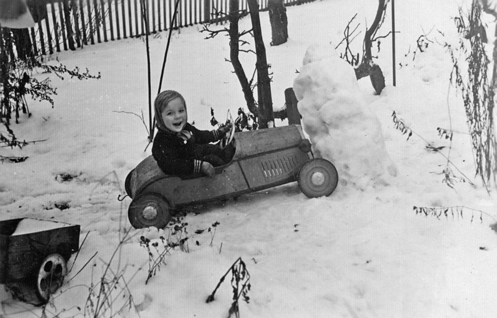 Dieses Bild hat ein leeres Alt-Attribut. Der Dateiname ist Bernd-und-Tretauto-Jan-1953-1024x656.jpg